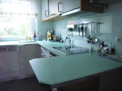 glasplatten kuche schiebetr zwischen kche und wohnzimmer glasplatten kuche kche der besteht. Black Bedroom Furniture Sets. Home Design Ideas